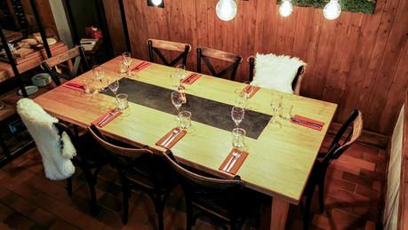 Table de restaurant avec incrustation d'ardoise