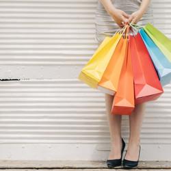 femme-avec-des-sacs-colores-au-mur_23-2147666161