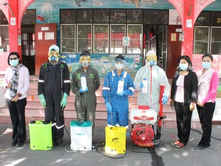 โรงเรียนระดมพลังสู้โควิด-19 พ่นยาฆ่าเชื้อบริเวณโรงเรียนทุกจุด เพื่อทำความสะอาดและป้องกันโรค