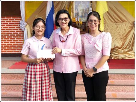 ผู้อำนวยการโรงเรียน มอบโล่ห์ และเงินรางวัล  แก่เด็กหญิงเกตุสิรินทร์ เนตรรักษ์ ในวันดินโลก ปี ๒๕๖๑
