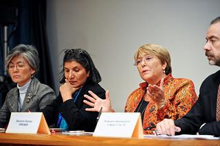Directora Ejecutiva de ONU Mujeres Michelle Bachelet participa en el panel en el evento paralelo sobre feminicidios el 8 de marzo, junto con la Alta Comisionada Adjunta para los Derechos Humanos, Kyung-wha Kang (izquierda) y la Relatora Especial Rashida Manjoo (segunda de la izquierda). Foto: ONU Mujeres/Catianne Tijerina