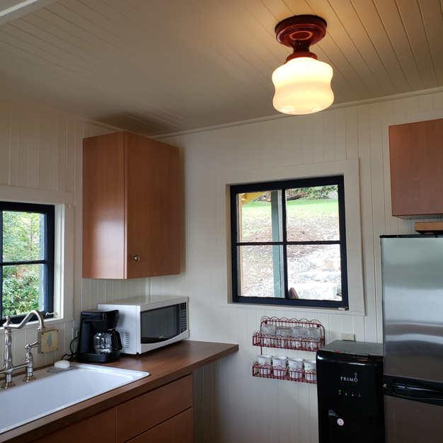 Kitchenette (microwave, water cooler, fridge)