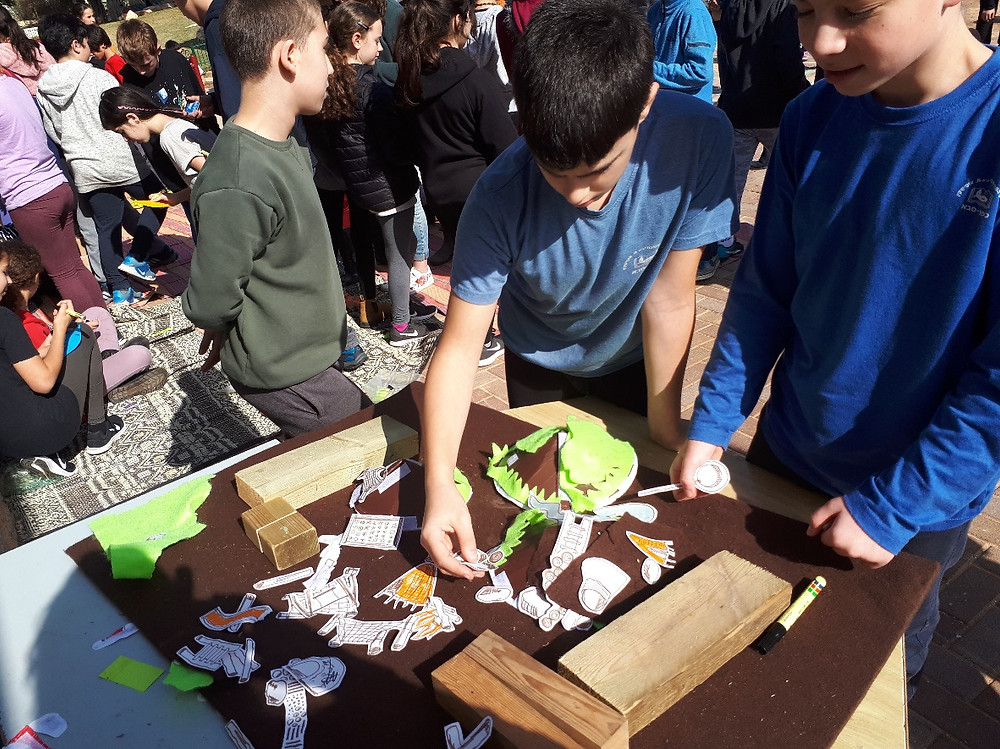 התלמידים מתכננים את החצר תוך כדי משחק