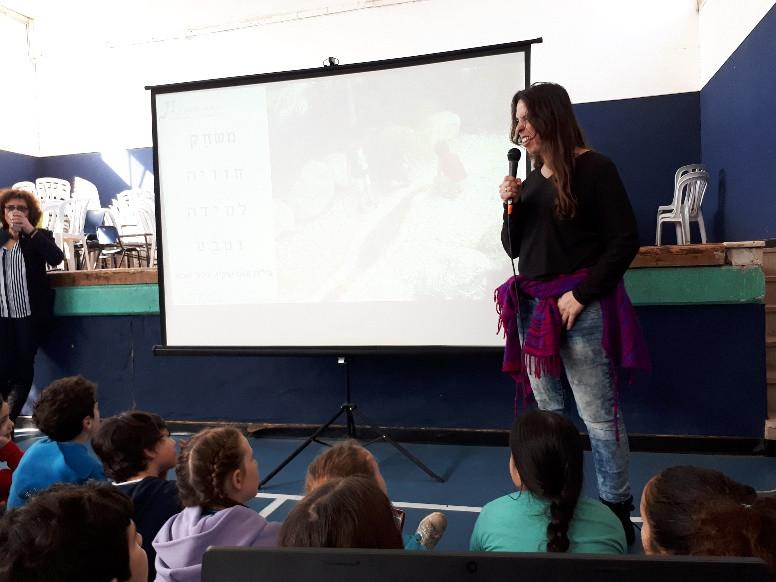 יפעת מעבירה הרצאה לילדים