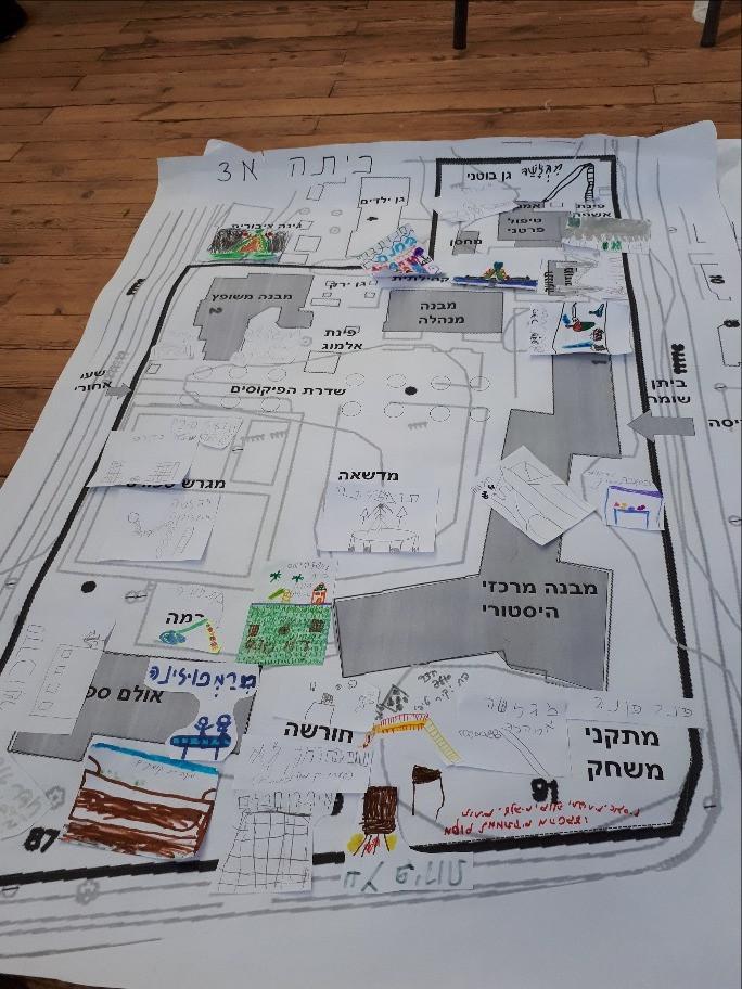 כיתה א3 וכיתה ב3 מציירות את מפת החצר שלהן