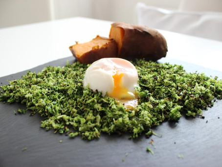 Falso cous cous de brócoli y huevo escalfado