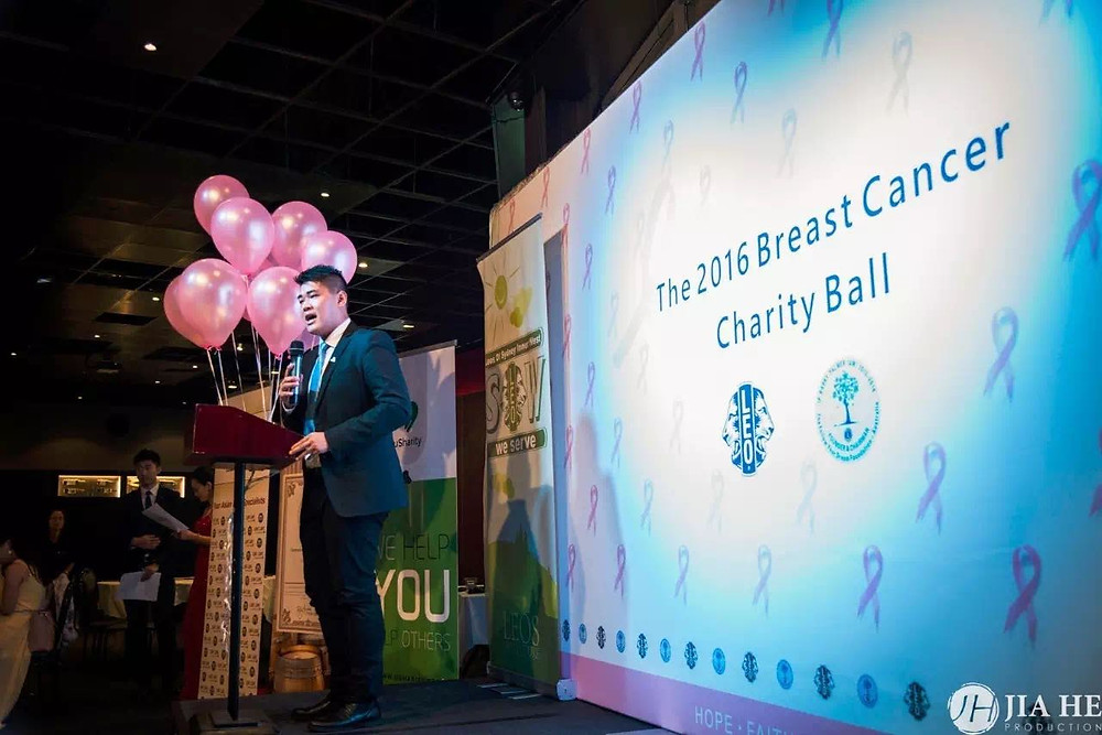An Australian-born Chinese is giving a speech in a charity banquet