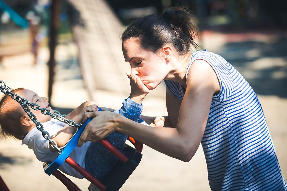 Családi fotózás Budapest egyik játszóterén - láb puszi