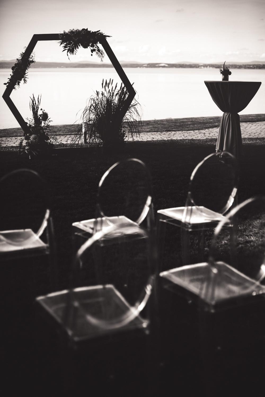 Balatoni Esküvő a Tópart Hotelben parti szertartás bútorok