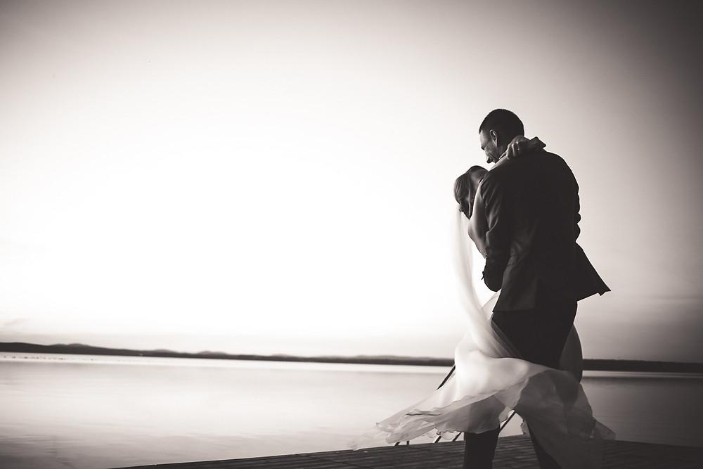 Balatoni Esküvő a Tópart Hotelben balaton parti kreatív fotózás a naplementében