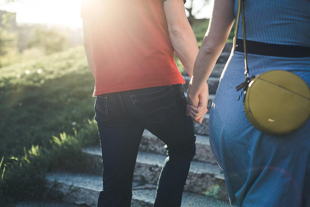 Koronavírus hatása az esküvőkre - jegyes pár sétál kézenfogva