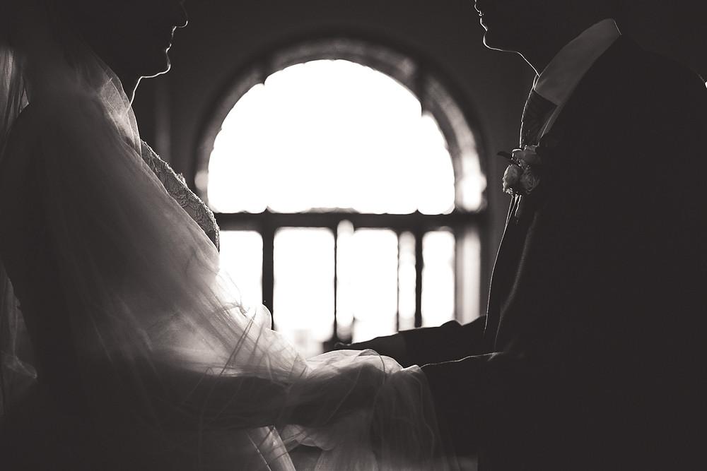 Koronavírus hatása az esküvőkre - vőlegény menyasszony fogja egymás kezét