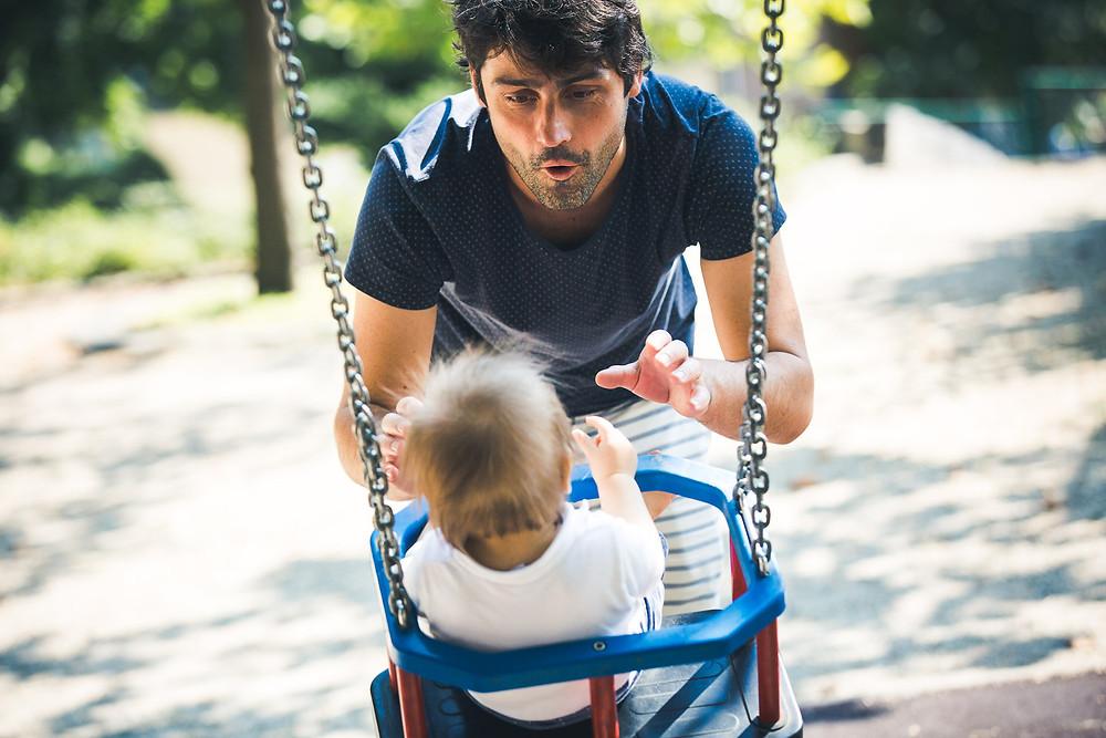 Családi fotózás Budapest egyik játszóterén - hinta apával