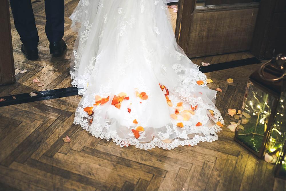 Koronavírus hatása az esküvőkre - menyasszonyi ruha szirmok