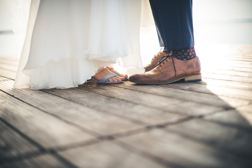 Balatoni Esküvő a Tópart Hotelben móló kreatív fotózás cipők