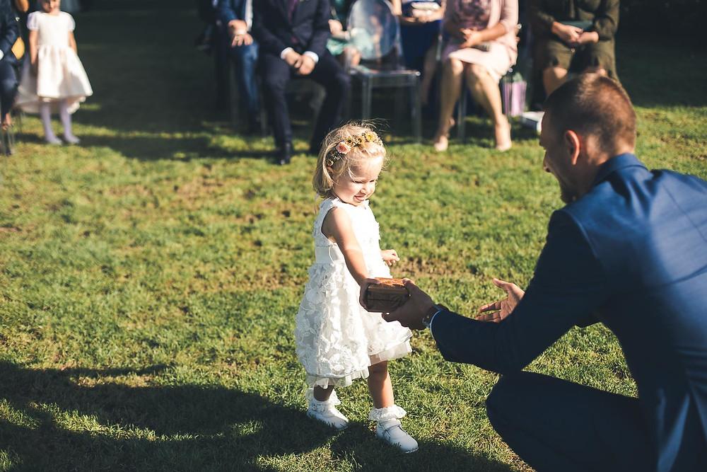 Balatoni Esküvő a Tópart Hotelben balaton parti szertartás gyűrű vivő kislány