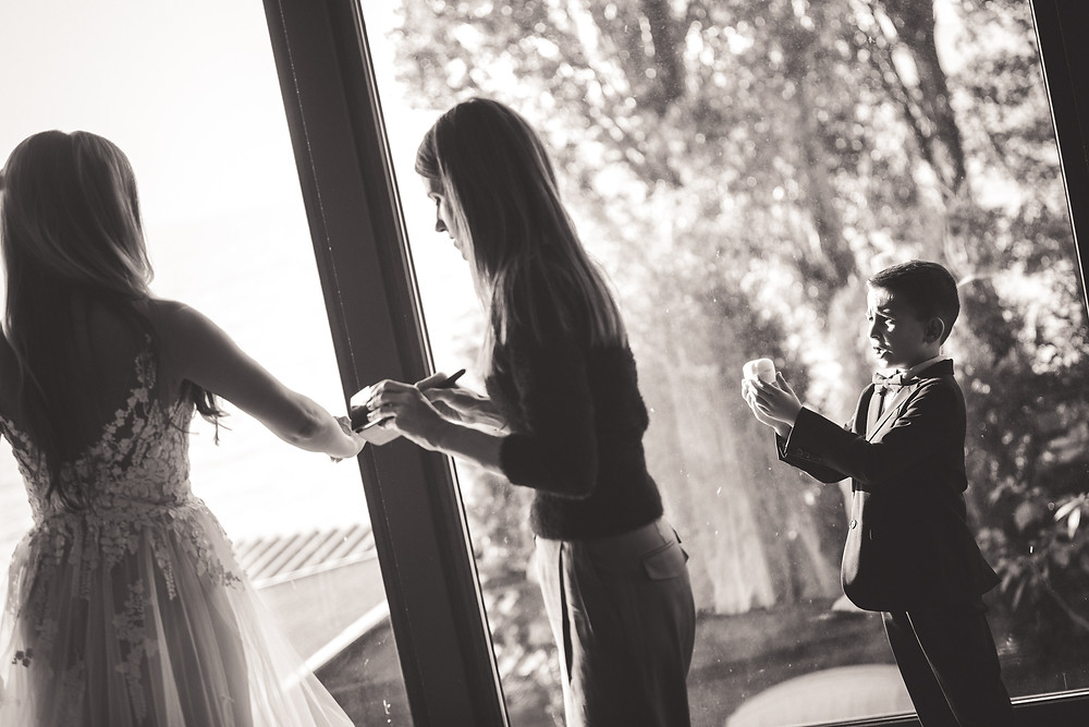 Secret Stories szolgáltatói ajánló - menyasszonyi készülődés, ahol a gyűrűvivő kisfiú gyakorol