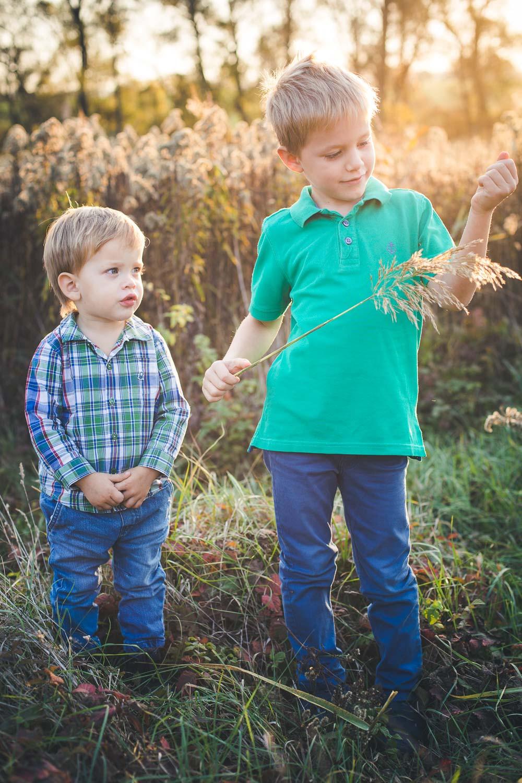 őszi családi fotózás solymáron - testvérek