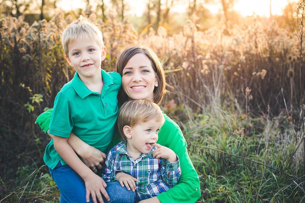 őszi családi fotózás solymáron - anya fiaival