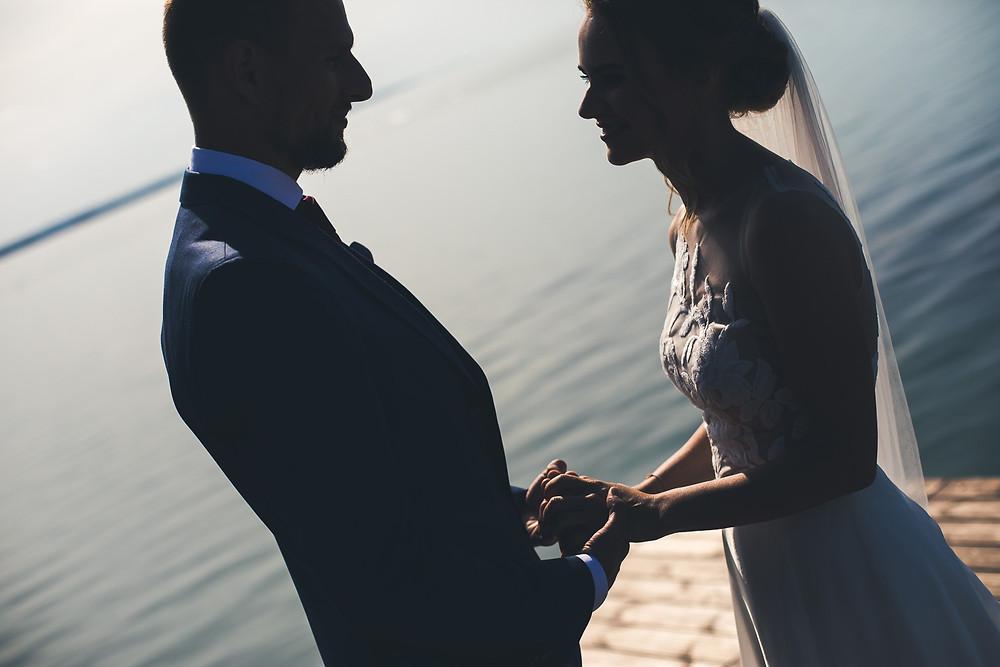 Balatoni Esküvő a Tópart Hotelben móló first look