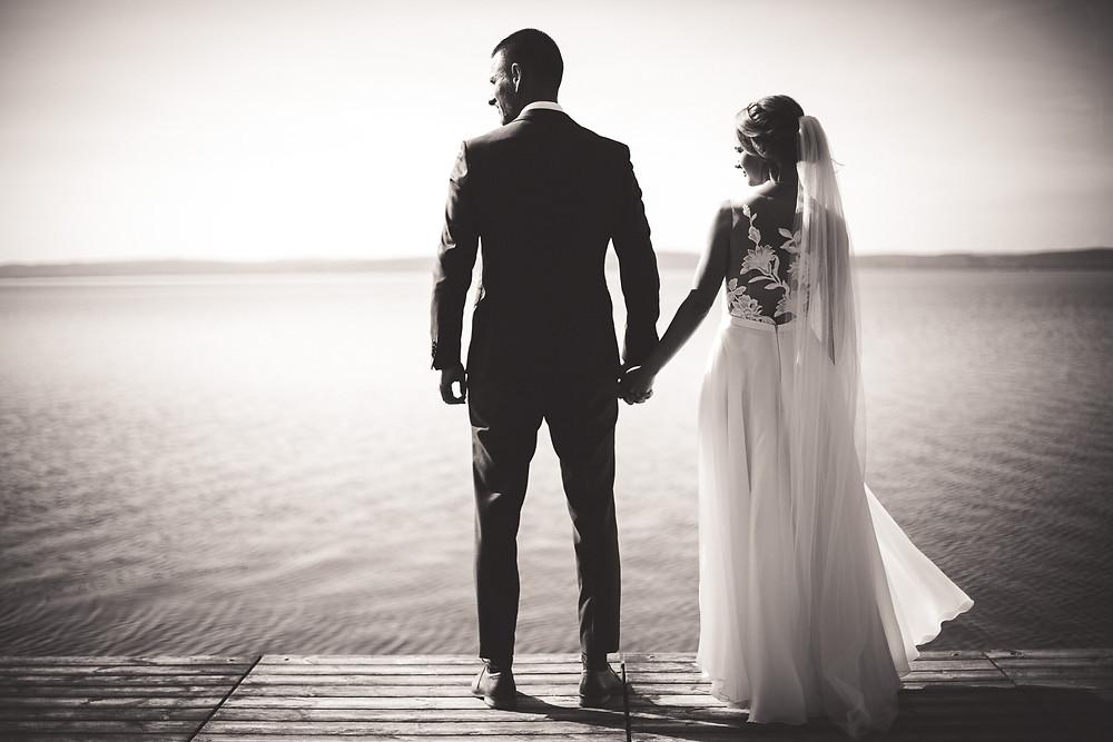 Balatoni Esküvő a Tópart Hotelben móló kreatív fotózás