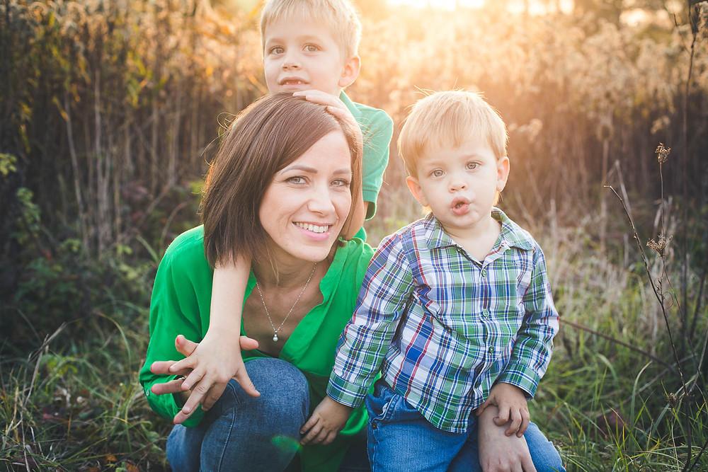 őszi családi fotózás solymáron - anyával a fiúk
