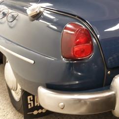 Kortnæset model med blink, brems og parkering i rødt.