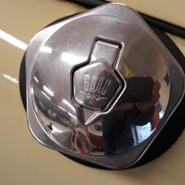 Tidstypisk låsbart dæksel til benzinpåfyldning.
