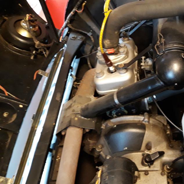 Motor har tre heste mere end A-modellens 25 HK - derfor er der ventilationshuller i fælgene.
