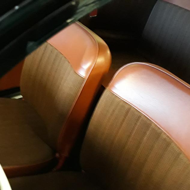 Interiør i rødt, herunder instrumentbræt, hornkontakt og skærmlister.