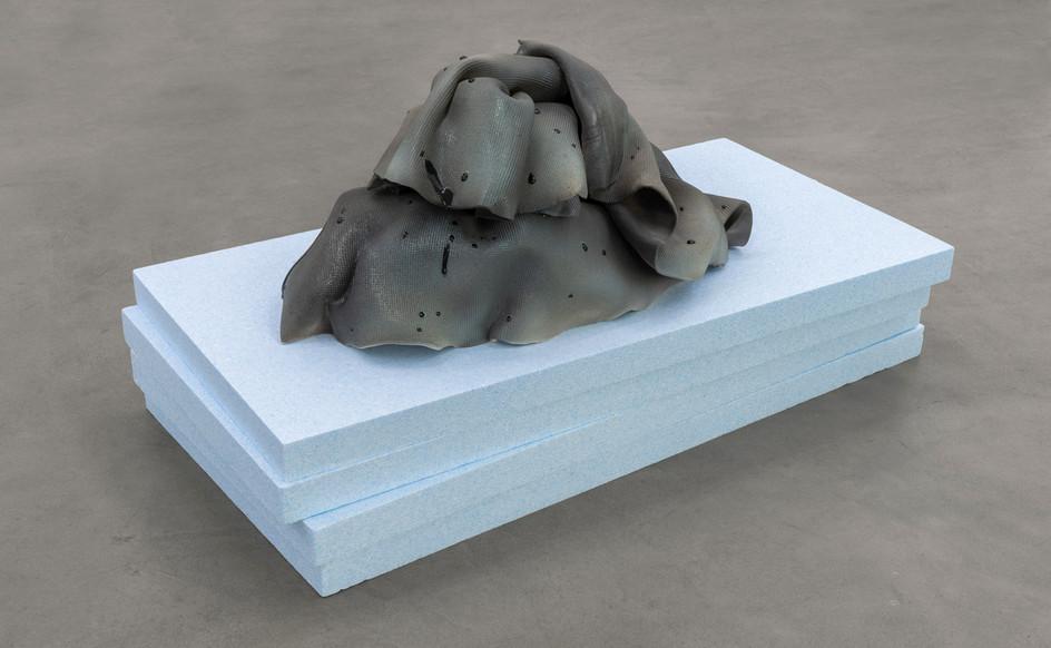 Vera Kox, Resting assured (shedding), 2020, ceramica, pannelli isolanti, cm 75x100x50