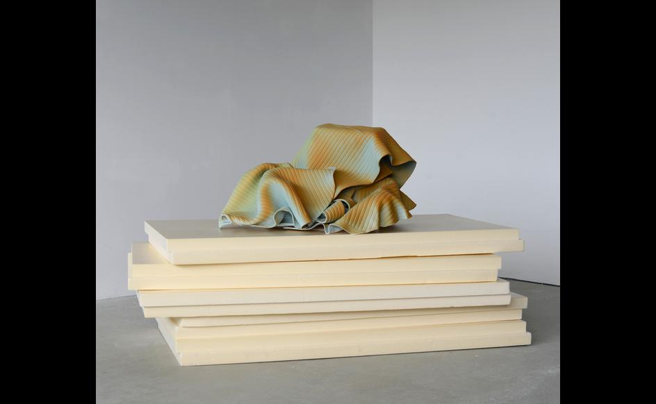 Vera Kox, Resting assured (shedding), 2020, ceramica, pannelli isolanti, 80x126x61cm