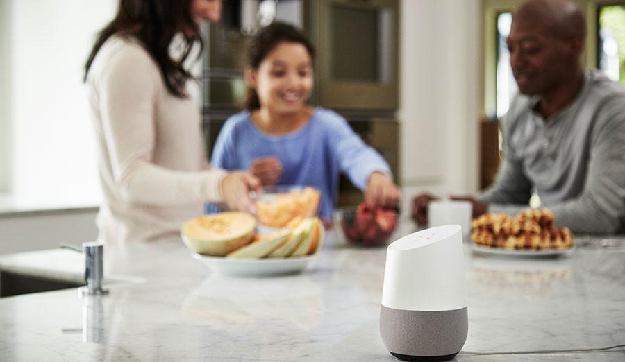Família na cozinha usando busca por voz