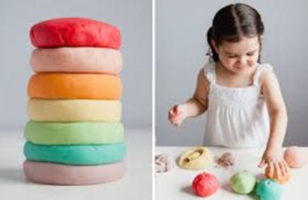 #ΜΕΝΟΥΜΕΣΠΙΤΙ και φτιάχνουμε χρωματιστό ζυμαράκι!