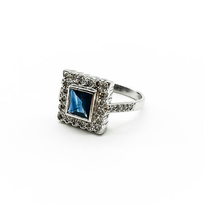 18ct White Gold Ring set with Sapphire and Diamonds