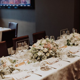 Floral table decoration for an intimate