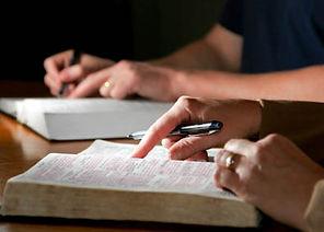 estudando-a-Bíblia_2.jpg