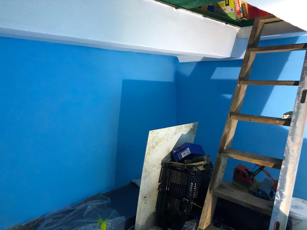 подвал покрашен резиновой краской супер декор голубым цветом