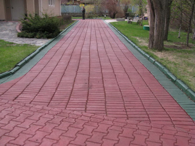 тротуарная плитка покрашенная резиновой краской  в красный цвет