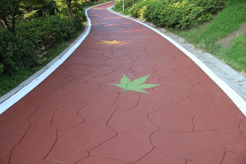 красим тротуарную плитку резиновой краской