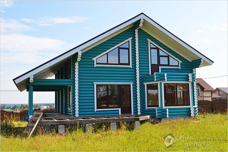 покрашенный дом из бревна в синий цвет