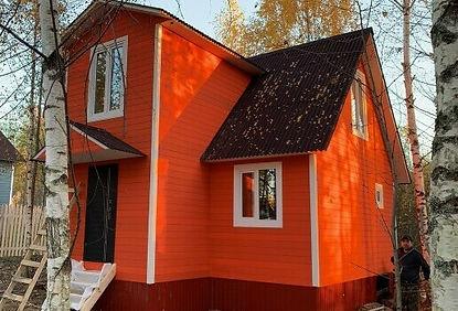 дом покрашенный резиновой краской в цвет оранжевое лето