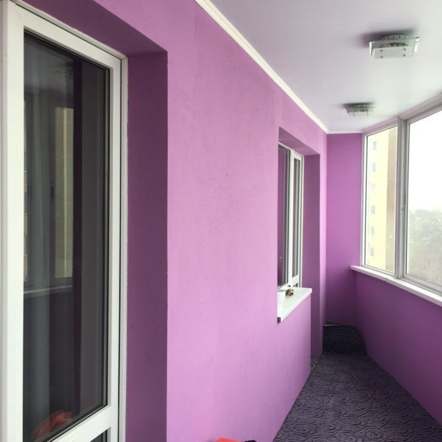 коридор покрашен резиновой краской фиолетовым цветом