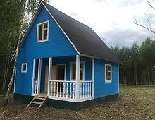 дом покрашенный резиновой краской в цвет небесный