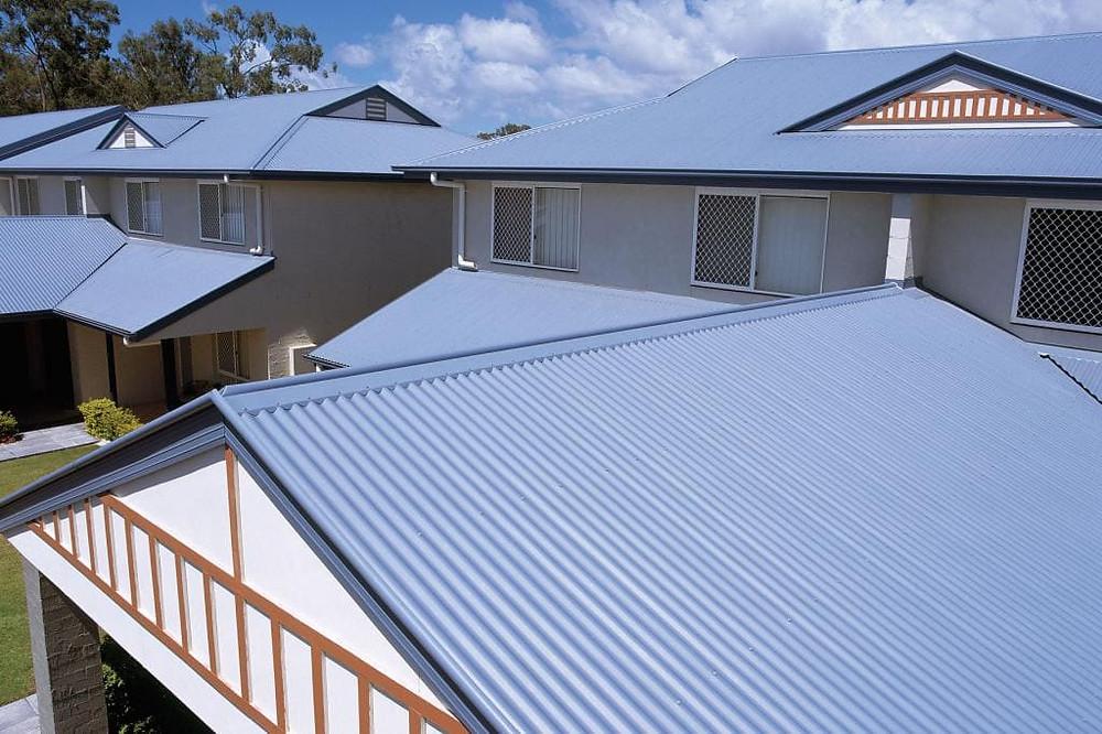 покрашенный профнастил на крыше резиновой краской в серый цвет
