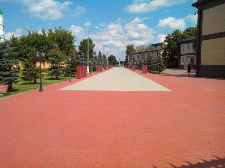 покрашенная тротуарная плитка резиновой краской в красный цвет