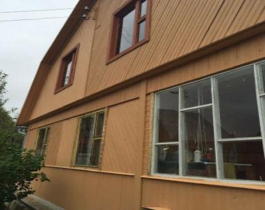 фасад дома покрашенныйцветом топлёное молоко