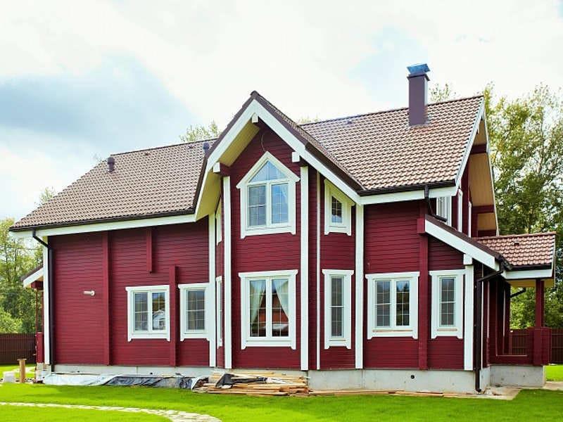 дом покрашенный резиновой краской супер декор в красный цвет