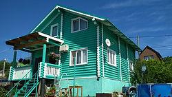Дом из бревна покрашен резиновой краской