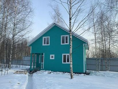 дом покрашенный резиновой краской супер декор в цвет морская волна